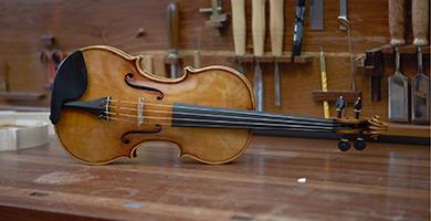 楽器工場・工房の開拓、楽器の開発や仕入れ